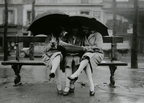 WOMEN ON BENCH 1928 Paris