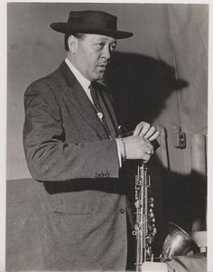 Lester-Young-standing-changing-reed